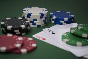 Pokerkarten und Jetons